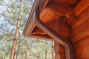 Roof gutter system on log house